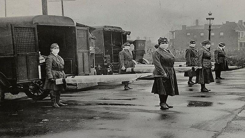 <p> 1918 માં યુ.એસ. માં સ્પેનિશ ફ્લૂ ફાટી નીકળ્યા પછી, & nbsp; સેન્ટ લૂઇસ, મિઝોરી & nbsp; માં મહિલા આરોગ્ય કર્મચારીઓ સ્ટ્રેચર પર માસ્ક પહેરીને દર્દીઓ લઈ રહ્યા છે. સ્પેનિશ ફ્લૂ ફાટી નીકળ્યા પછી મિસૌરીમાં પ્રથમ લોકડાઉનની ઘોષણા કરવામાં આવી. & Nbsp; </ p>
